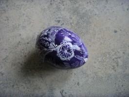 Großes Ei in weiß und lila
