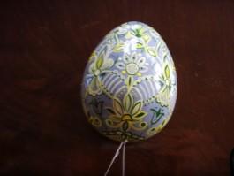 Großes Ei in grau, gelb und dunkelgrün