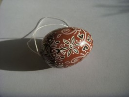 Kleines Ei in dunkelbraun, hellbraun und weiß