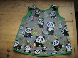 Kinderschürze aus Pandastoff mit grüner Einfassung