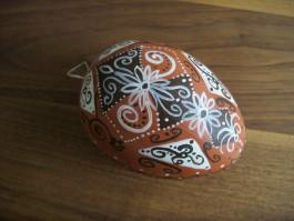 Großes Ei in braun, dunkelbraun und weiß