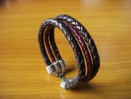 Geflochtenes Armband in braun und violett