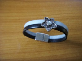 Armband 2 Bänder einfach umwickelt aus schwarzem und rauchblauem Leder