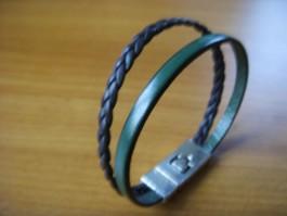 Armband 2 Bänder einfach umwickelt aus grünem und dunkelbraunem Leder