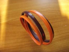 Armband, 2 Bänder zweifach umwickelt, aus orangnem und brombeerfarbenen Leder