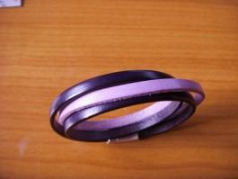 Armband, 2 Bänder zweifach umwickelt, aus dunkellilanen und hellila Leder