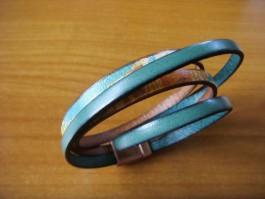 Armband, 2 Bänder zweifach umwickelt, aus türkisem und buntem Leder