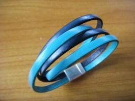 Armband, 2 Bänder zweifach umwickelt, aus türkisem und dunkeltürkisen Leder