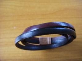 Armband, 2 Bänder zweifach umwickelt, aus dunkelrotem und schwarzem Leder (reserviert)