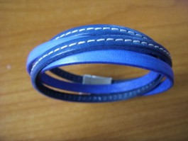 Armband, 2 Bänder zweifach umwickelt, aus blauem und dunkelblauen Leder mit Naht
