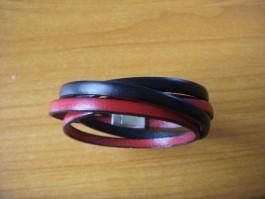 Armband, 2 Bänder zweifach umwickelt, aus schwarzen und roten Leder