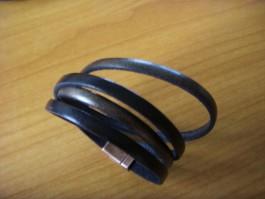 Armband, 2 Bänder zweifach umwickelt, aus schwarzem und dunkelgoldnen Leder