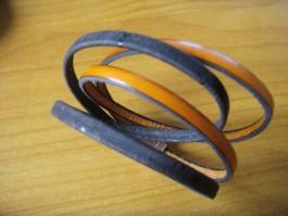 Armband, 2 Bänder zweifach umwickelt, aus dunkelorangenen Leder und dunkelbraunem Kork