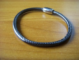 Einfaches rundes Armband in dunkelmetallic mit Naht