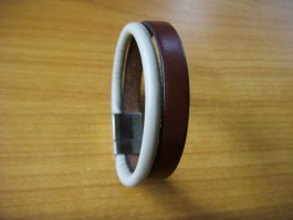 Einfaches flaches Armband in braun und beige