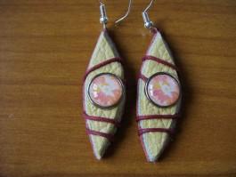 Blattförmige Ohrhänger in rot/beige/grau mit rotem Band und Stuck