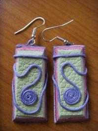Rechteckige gewickelte Ohrhänger aus grünem und rosanem Leder