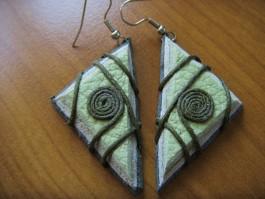 Dreieckige gewickelte Ohrhänger in Grüntönen