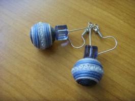 Kugeln in grau, blau und dunkelblau mit quadratischer Perle