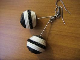 Kugeln in schwarz und weiß mit schwarzen Perlen