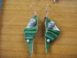 Strandgutohrringe dreieckig aus grünem und silbernen Leder