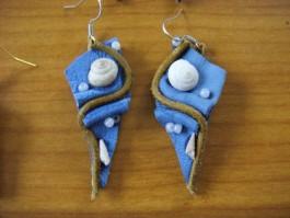 Strandgutohrringe dreieckig aus blauem Leder