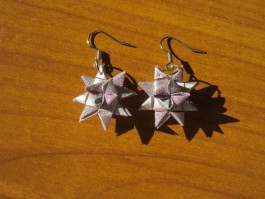 Glitzernde Weihnachtssternhänger in rosa und silber