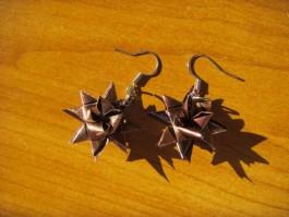 Glänzende Weihnachtssternhänger in braun