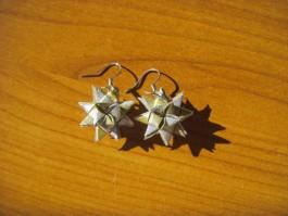 Glitzernde Weihnachtssternhänger in silber und gold