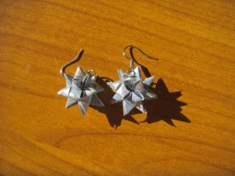 Glitzernde Weihnachtssternhänger in blau und silber