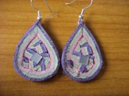 Zwiebelhänger in lila, rosa und grün mit Fliese