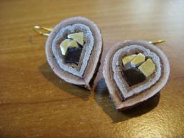 Tropfenförmige Zwiebelhänger aus braunem und beigem Leder