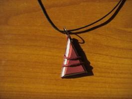 Lederkette dreieckig aus rotem und weißem Leder