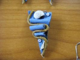 Lederkette dreieckig aus blauem Leder mit Muschel