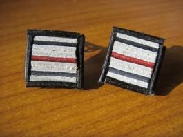 Ohrclips mit roten und weißen und schwarzen Streifen und schwarzem Lederrahmen