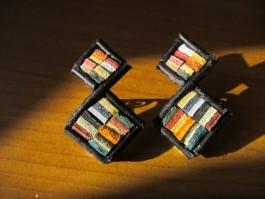Ohrclips mit bunten Flicken und schwarzen Rahmen