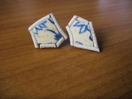 Stecker aus Straußenei blau bemalt mit weißem Leder