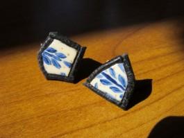 Stecker aus Straußenei blau bemalt mit schwarzem Leder