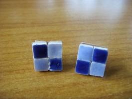 Ohrstecker aus dunkelblauen und hellblauen Fliesen auf Leder