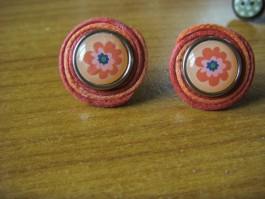 Gewickelte Ohrstecker aus dunkelroten und rotem Band mit Blumen
