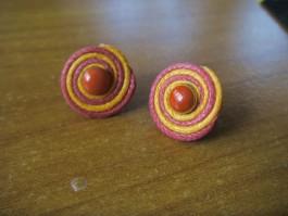 Stecker rund aus roten und orangnen Band