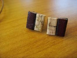 Stecker quadratisch aus brombeerfarbenen Leder und Kork mit gold
