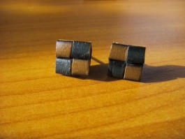 Stecker quadratisch aus olivem und dunkelblauem Leder