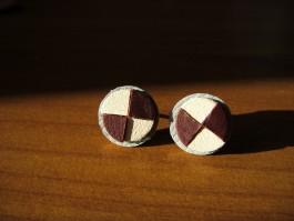 Ohrstecker aus gevierteltem Leder in weinrot und weiß
