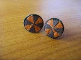 Ohrstecker aus geachteltem Leder in dunkelbraun und orange