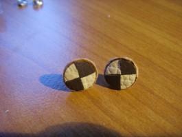 Ohrstecker aus gevierteltem Leder in dunkelbraun und sandgelb