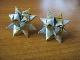 Glitzernde Weihnachtssternstecker in gold und grün