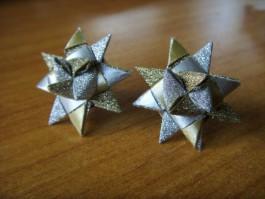 Glitzernde Weihnachtssternstecker in gold und silber
