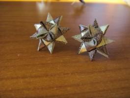 Glitzernde Weihnachtssternstecker in gold und grau