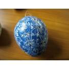 Großes Ei in blau, weiß und schwarz